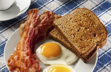 Bacon, eggs and toasts