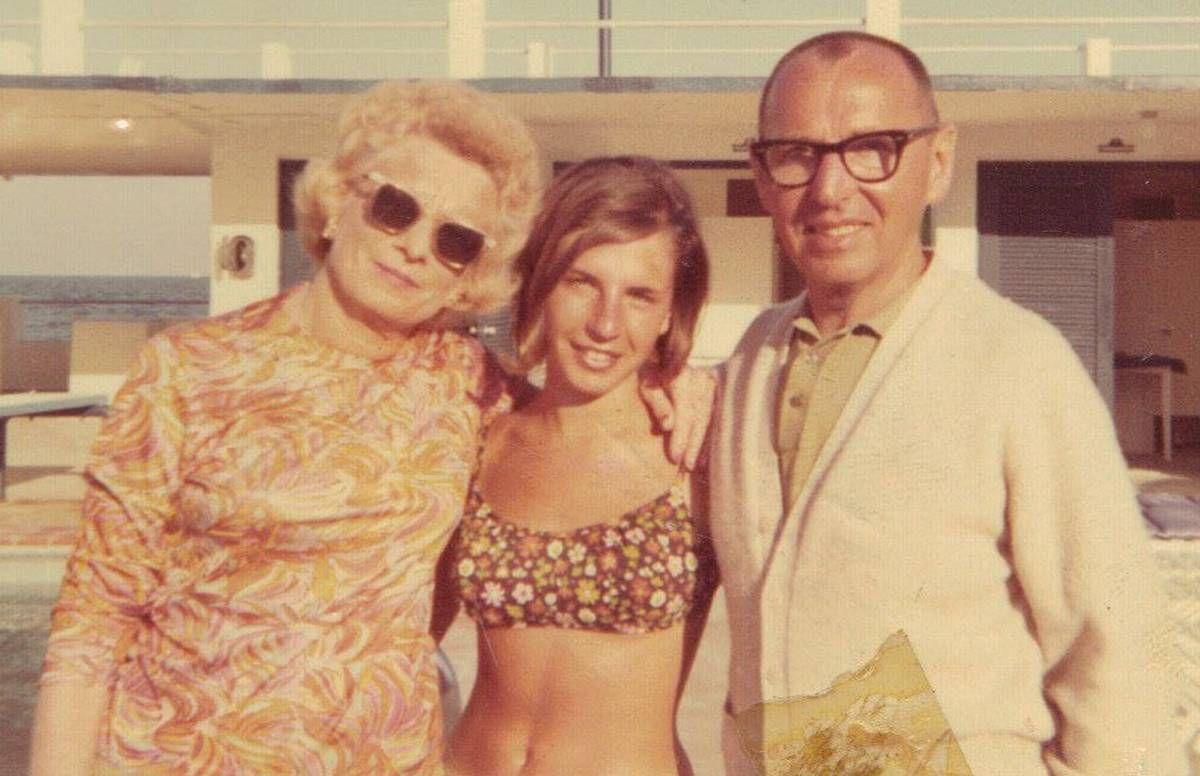Nancy Davidoff Kelton, then 19, with her parents